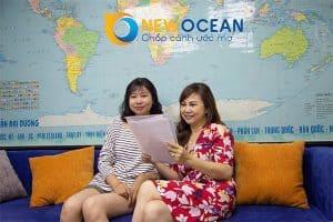 Hai mẹ con chị Phạm Hồng Vân và bạn Ngô Bảo Ngọc đến nhận Visa