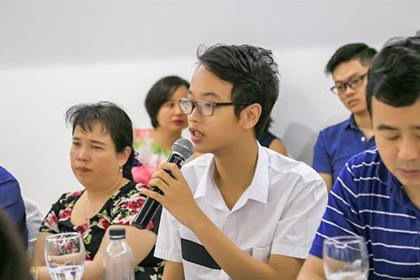 Học sinh tham gia hội thảo hỏi đáp cùng trường