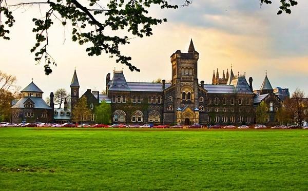 Khuôn viên trường đại học Toronto có thể sánh ngang bằng với trường IVy League của Mỹ
