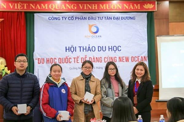 New Ocean trao quà tặng cho học sinh tham dự hội thảo du học tại Hạ Long tháng 11 - 2017