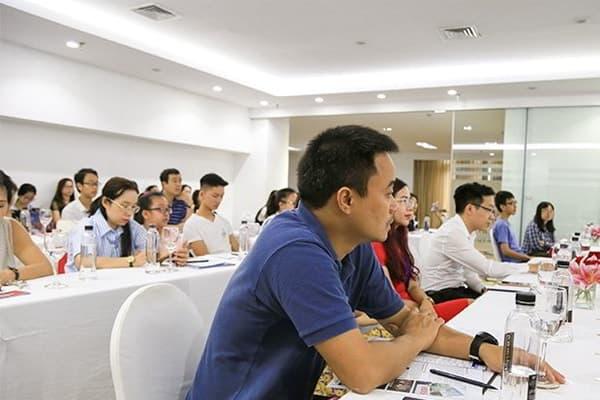 Phụ huynh học sinh tới tham dự hội thảo