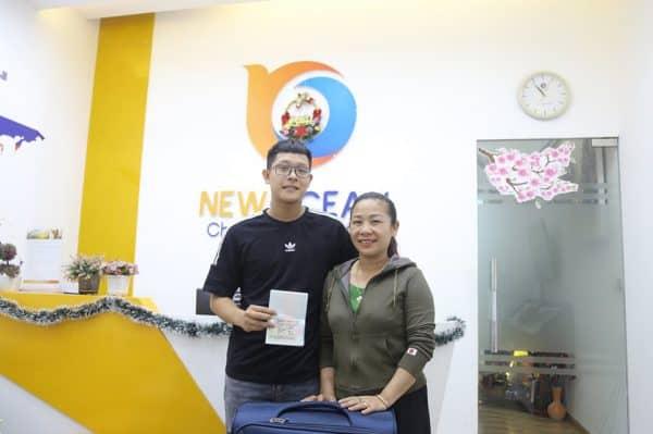 Bạn Trần Tuấn Bắc cùng mẹ nhận Visa du học Canada