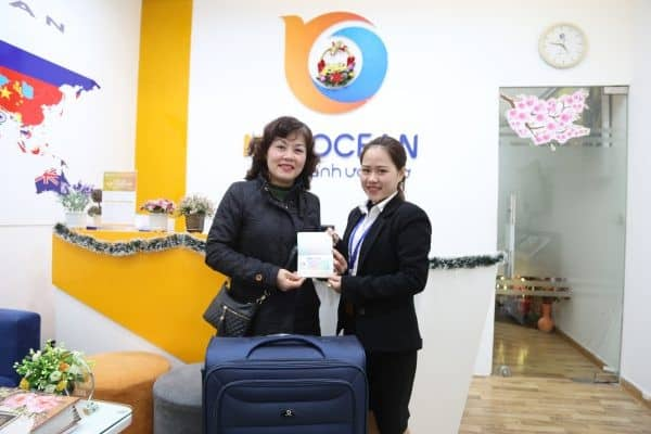 New Ocean trao visa và phần quà cho cô Đặng Thị Hồng Vân, phụ huynh bạn Nguyễn Vân Anh