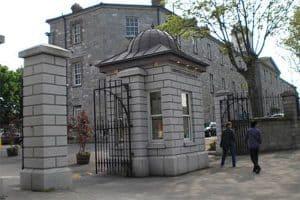 Cổng trường Griffith College với nhiều năm lâu đời