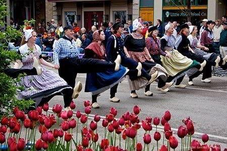 Hình ảnh người dân Hà Lan nhẩy múa mừng lễ hội hoa Tuylip