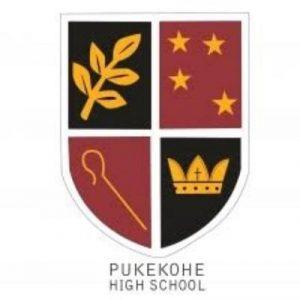 Logo trường trung học Pukekohe|Trường trung học Pukekohe|Học sinh Trường trung học Pukekohe đến từ nhiều quốc gia trên thế giới|Các học sinh trong dàn hợp xướng của trường|Trong một tiết học|Một góc nhìn khác từ trường trung học Pukekohe