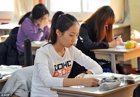 Nghiên cứu mới đây cho thấy học sinh Hàn Quốc thuộc nhóm kém hạnh phúc do áp lực thi cử