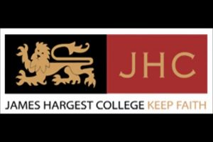 Logo của trường trung học James Hargest|Trường trung học James Hargest|Một phòng thể dục của trường|Một lớp học đang diễn ra|Một tiết học khác tại trường