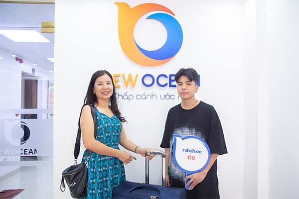 Trần Quân Bảo cùng mẹ tới nhận Visa du học Úc